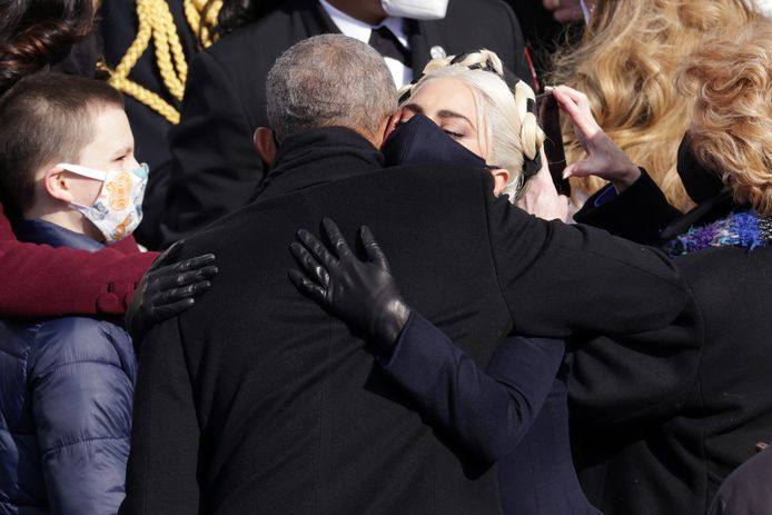 Ook Barack Obama geeft Lady Gaga een knuffel.