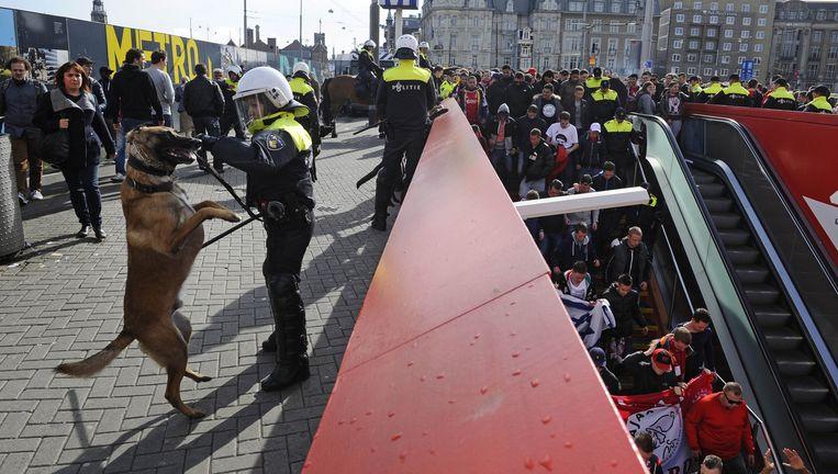Veel politie vorig jaar zomer op het Centraal Station van Amsterdam bij Ajax-fans die op weg zijn naar de Arena. Beeld Evert Elzinga/ANP