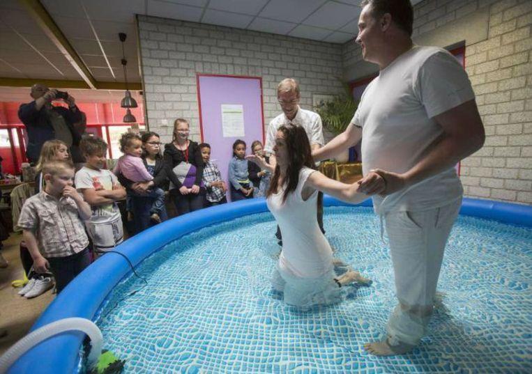 Een doopplechtigheid in de Buurtkerk in Utrecht, die eind vorig jaar is opgezet en allerlei activiteiten organiseert zoals gratis sportlessen en huiswerkbegeleiding. Beeld Werry Crone