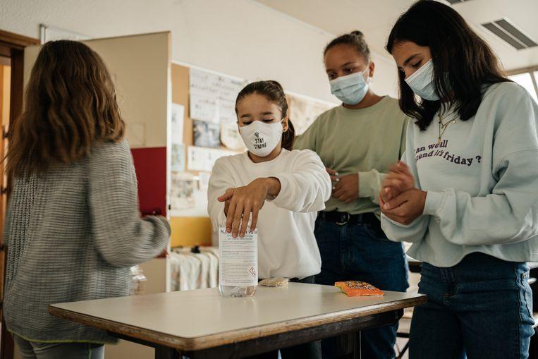 De ontsmettende gel staat klaar op school. Beeld Wouter Van Vooren