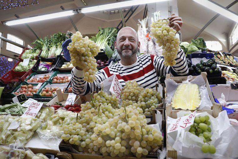 Marktkoopman verkoopt druiven in Pamplona voor de Spaanse gewoonte om op oudjaar om 12 uur middernacht bij de twaalf klokslagen twaalf druiven te eten. Beeld EPA