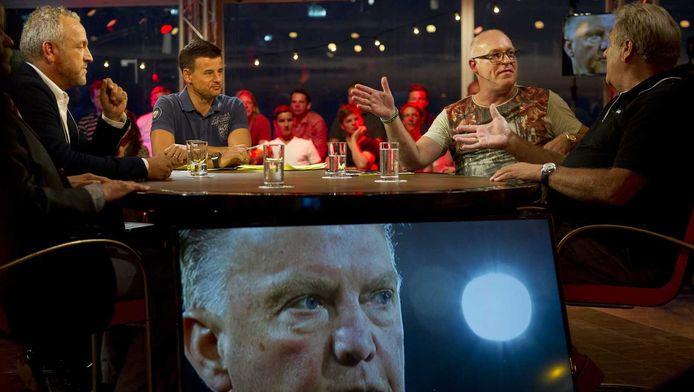 Gordon, Wilfred Genee, Rene van der Gijp en Jan Boskamp tijdens de eerste uitzending van het tv-programma VI Oranje.