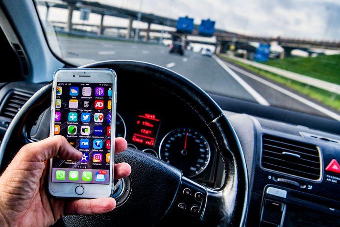 Een nieuwe camera langs de N210 bij IJssestein spot vanaf grote afstand of bestuurders hun mobiel gebruiken achter het stuur.