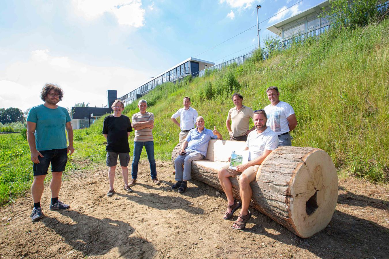 Leden van de gemeentebesturen, Natuurpunt-afdelingen, het Agentschap Natuur & Bos en Regionaal Landschap Pajottenland & Zennevallei bij de nieuwe natuurlijke zitbank aan het station van Liedekerke.