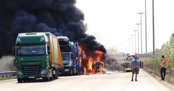 Twee doden bij ongelukken op E17 bij Sint-Niklaas, truck rijdt in op autotransport bij file.