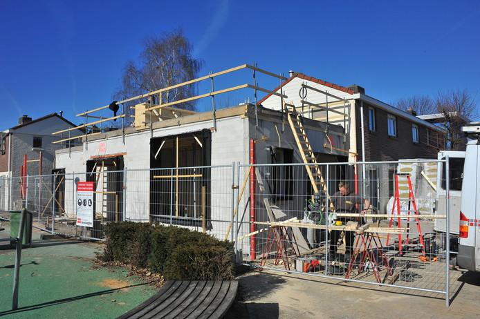 Er wordt aan de 2e Franklinstraat in Woensel-West druk gewerkt aan de Verheven Huisjes.