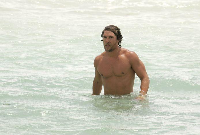 Matthew McConaughey aan het zwemmen in Miami.