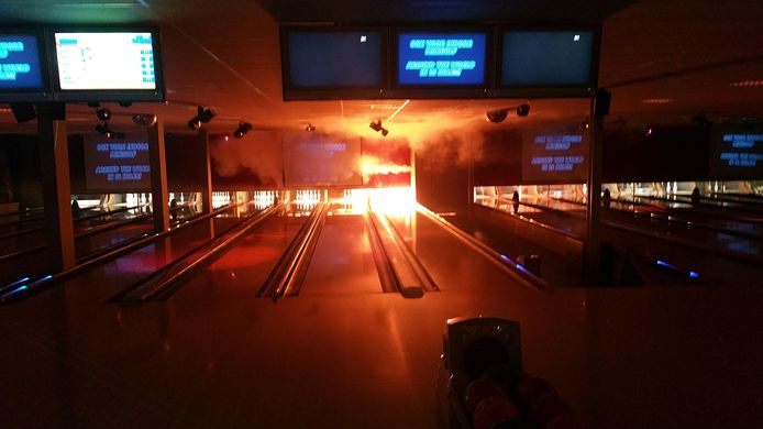 Hier lijkt de brand uit te breken: vlammen slaan uit de bowlingbaan.