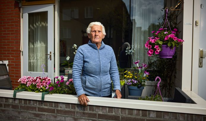 Ex-activist Stien Weijgertse op haar balkon: ,,Ik snap dat de gemeente nieuwe woningen bouwt, maar je moet ze niet te duur maken.''