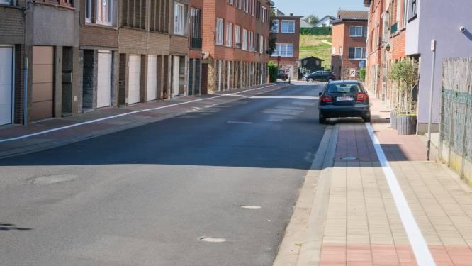 """Witte lijn op voetpaden bakent parkeerzone af, maar zorgt voor verwarring: """"Is onze straat nu breder geworden?"""""""