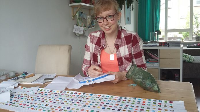 Marjolein Bartels uit Zevenaar legde een heel jaar vast in 365 minuscule borduurwerkjes.