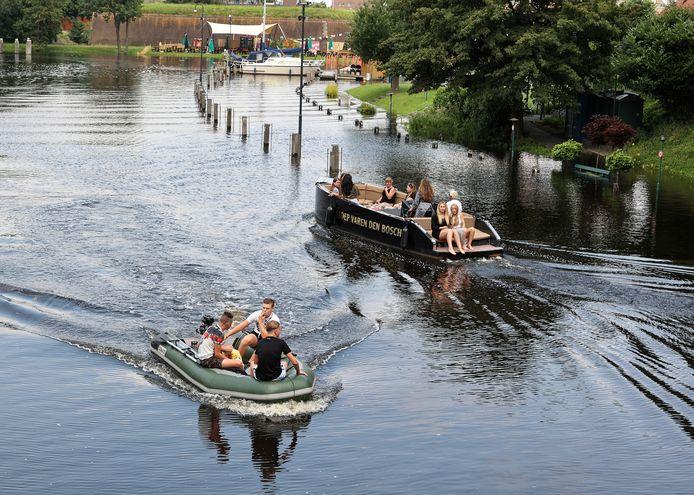 Een gehuurde sloep of een rubberboot. Een tochtje op het water is verleidelijk.  Meestal gaat het om spelevaren. Maar volgens reder Dirk Wolthuis kan het uitdraaien op levensgevaarlijke situaties.