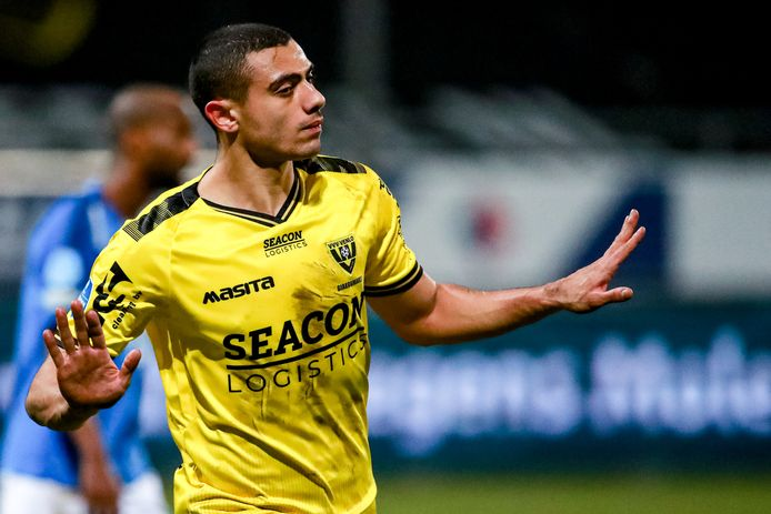 Georgios Giakoumakis juicht na zijn vierde goal tegen Vitesse.
