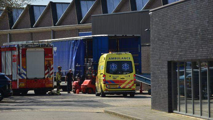 Vrachtwagenchauffeur met voet bekneld bij laden, ambulance ter plaatse