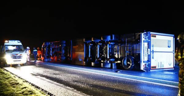N50 bij Kampen dicht tot 01:00 door gekantelde vrachtwagen.