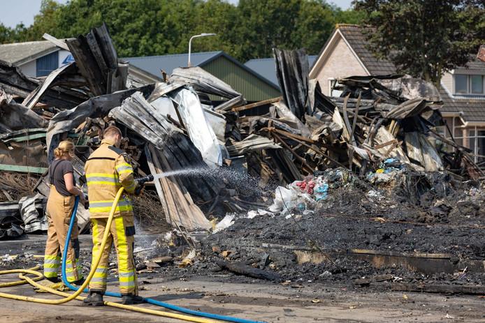 Brand verwoest pand van papierrecyclingbedrijf aan de Industrieweg in Staphorst.