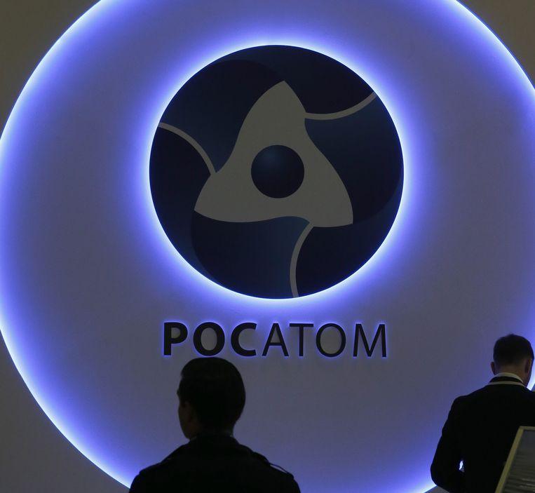 Logo van het Russische bedrijf Rosatom, waarvan een topman betrokken zou zijn bij de vergiftiging van oppositieleider Navalny. Een dochter van dit bedrijf mag zelf verblijfsvergunningen regelen in Nederland.  Beeld EPA