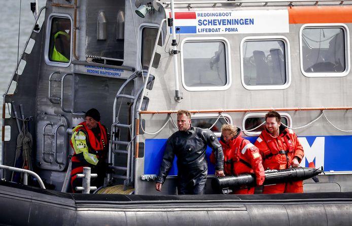 Een onderwaterrobot met sonar wordt uit het water gehaald door medewerkers van Defensie en de KNRM. Defensie zoekt mee naar de stoffelijke resten van het vijfde slachtoffer van het surfdrama.