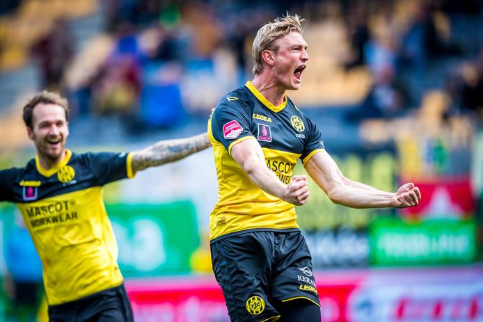 Richard Jensen juicht na zijn 1-0 namens Roda JC tegen TOP OSS. De club uit Limburg won gisteren met 2-1 en is daarmee van de laatste plek af in de Keuken Kampioen Divisie.