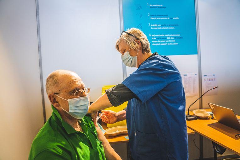 Een man krijgt zijn coronaprikje in Gent. Beeld Wannes Nimmegeers