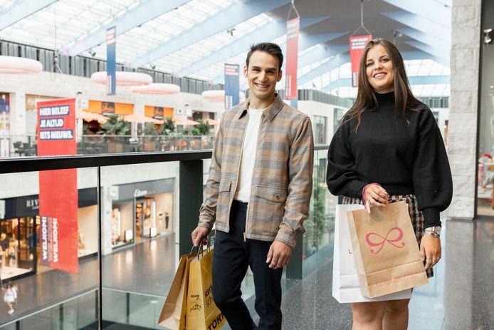 Het campagnebeeld van de modeweken, met Yaris Vanrobaeys en Shauny Debaeke. Zij wonnen de online wedstrijd winjeeigenbillboard.be.