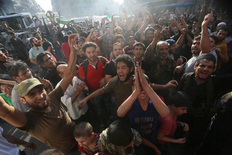 Tussen aanhangers van het Vrije Syrische leger. Beeld Hozaifa Dahmaan