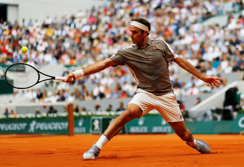Roger Federer in actie op Roland Garros.