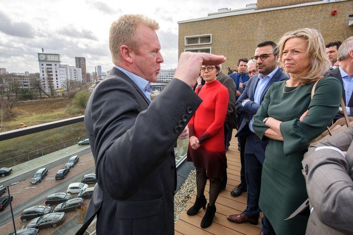 inister Kajsa Ollongren (rechts) en wethouder Yasin Torunoglu luisterden op het dak van gebouw TQ op Strijp-T in Eindhoven naar topambtenaar Jos Roijmans. Dat gebeurde net nadat de Woondeal tussen rijk, provincie en gemeente werden gesloten.