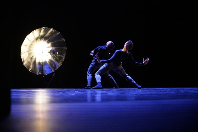Holland Dance Festival in Tilburg. ' O' door Aterballetto. Een choregrafie van Philippe Kratz