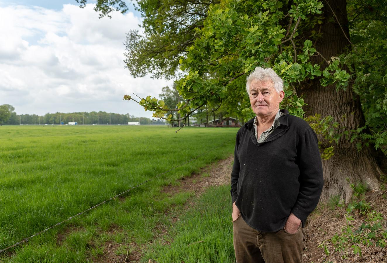 """Beert van Spijkeren naast het weiland bij Epe waar Zonnepark de Horst moet komen. ,,Ik ben er gewoon op tegen."""""""