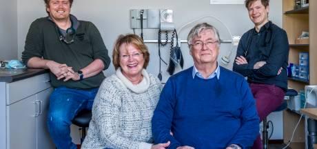 Huisartsenpaar Anneke en Hilco draagt praktijk na dertig jaar over aan... hun zoons!