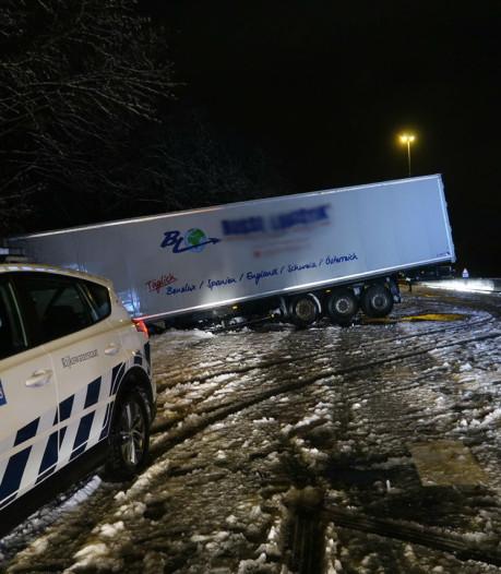 Vrachtwagen geschaard op A27: uren hinder voor verkeer tussen Breda en Oosterhout