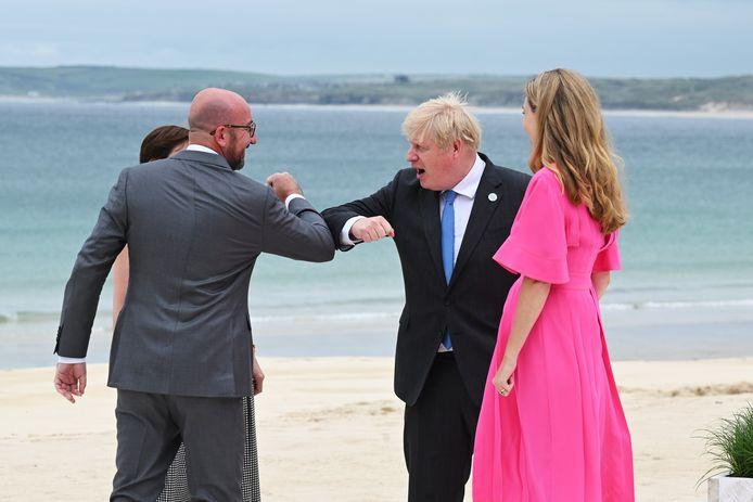 Le président du Conseil européen Charles Michel et le Premier ministre britannique Boris Johnson se saluant du coude, vendredi, à Carbis Bay