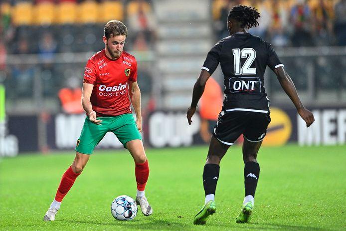 Robbie D'Haese van KV Oostende, hier tegenover Kayembe van Charleroi, moet de vaste rechtsbuiten worden in opvolging van Jelle Bataille.