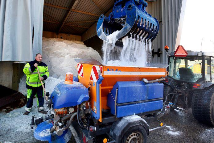 De strooimachine die wordt gebruikt voor Gorcumse bruggen en fietspaden wordt gevuld met zout.