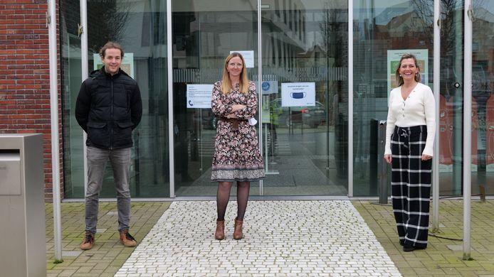 Heidi Meulemeester en Robrecht Hindryckx van de dienst Milieu met Jessy Salenbien, schepen van Energie en Klimaat, stellen de klimaatenquête van Koekelare voor.