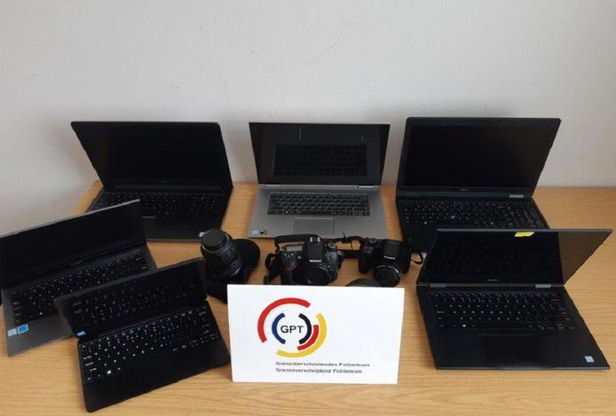 De in beslag genomen laptops, fotocamera's en verwisselbare lens.