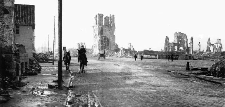 De weg naar Menen vanaf de verwoeste Grote Markt in Ieper (Collectie In Flanders Fields, Ieper). Beeld Kenniscentrum In Flanders Fields Museum