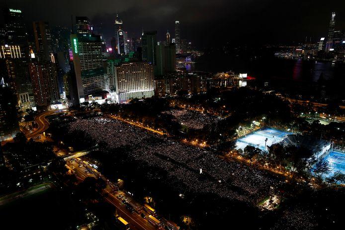 Duizenden mensen namen in 2019 in Hongkong deel aan de herdenking van slachtoffers van de protesten op het Tianmenplein in 1989.