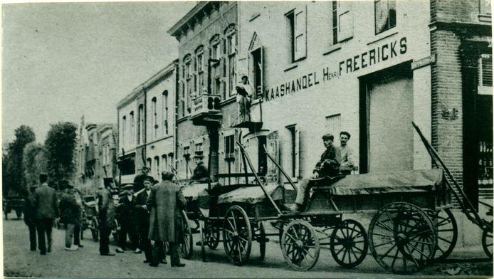 Het pakhuis Freericks op de hoek in 1905.