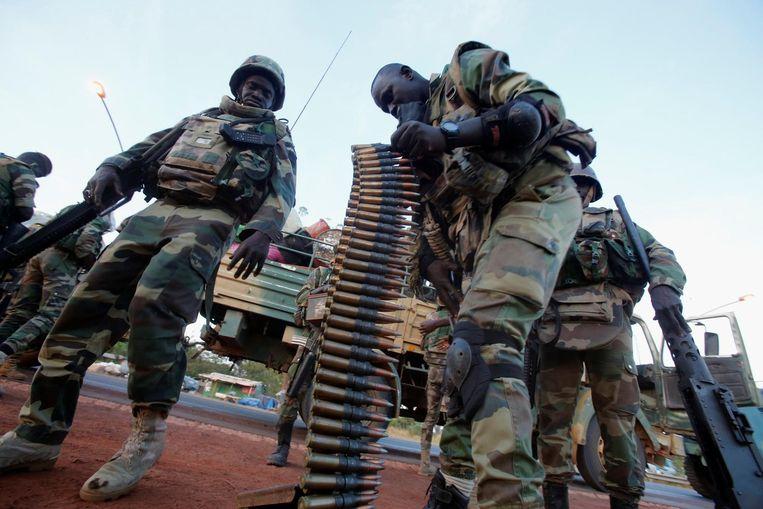 Militairen van de regionale troepenmacht Ecowas bij een checkpoint in Banjul. Beeld null