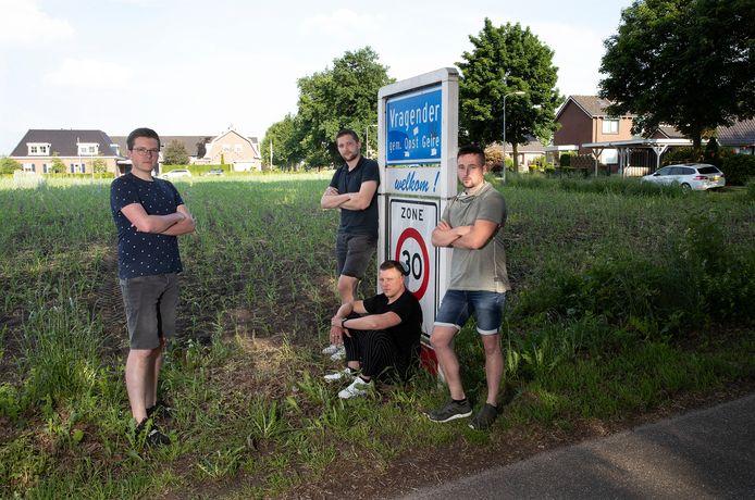 Joost Ottink, Ruben Klein Gebbinck, Luuk Harmelink en Stefan Tanck (v.l.n.r.) op het stuk grond dat beoogd was voor nieuwbouw.