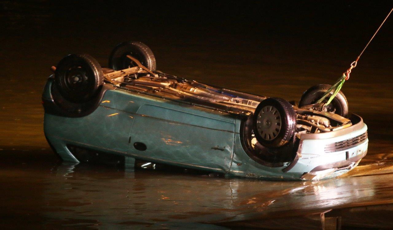 De auto werd uit het water gehaald