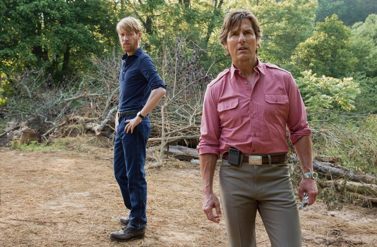 Domnhall Gleeson (l) kreeg acteerles van Tom Cruise bij de opnames van 'American Made'. Beeld Universal Pictures