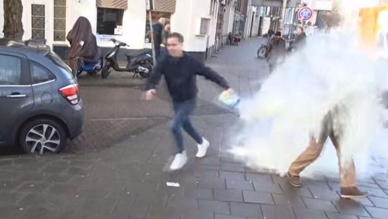 Een Youtuber bestrooit een man met babymelkpoeder. Beeld Screenshot Youtube