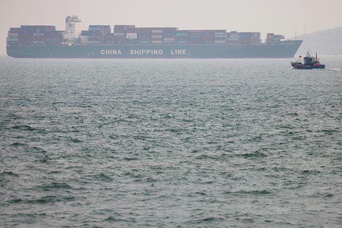 Een olietanker en een vissersboot varen in de buurt van de haven van Qingdao.