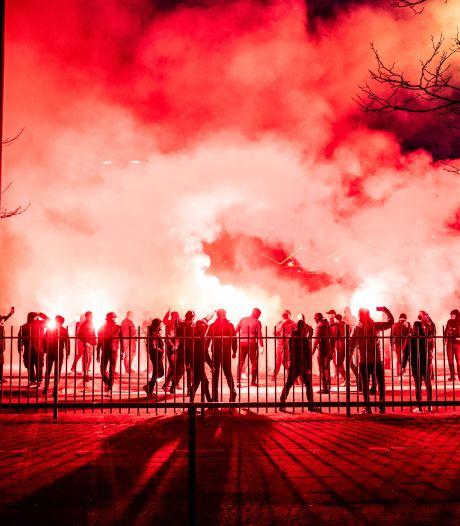 Grote groep Vitesse-supporters geeft spelers vurig onthaal