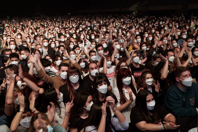 Des membres du public réagissent alors que le groupe espagnol Love of Lesbian se produit sur scène devant 5 000 personnes à l'arène Palau Sant Jordi de Barcelone, en Catalogne.