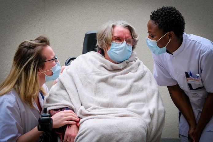 Een rusthuisbewoonster van een woonzorgcentrum Sint-Pieters-Woluwe maakt zich klaar voor een vaccin.