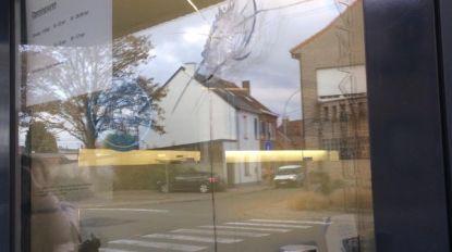 Vitrine optiek De Cooman uit Denderleeuw beschoten afgelopen weekend